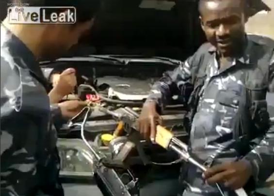 """Когато нямаш кабели, и два """"Калашника"""" вършат работа... Видео"""