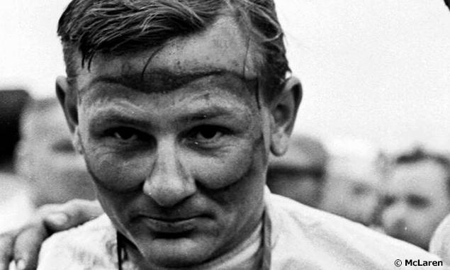 Една от най-известните снимки на Макларън като пилот. Новозеландецът печели четири състезания в F1 с Cooper Car Company и McLaren