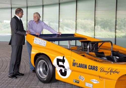 Рон Денис и Тайлър Алекзандър до един от експонатите в технологичния център на McLaren в Уокинг - митичния M8D