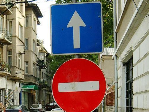 5. Шофиране в насрещното на еднопосочни улици: Позволено е в Алабама, САЩ, ако на колата ви е окачен запален фенер. Това подсказва възрастта на въпросния закон… И не, не е свързано с Хелоуин.