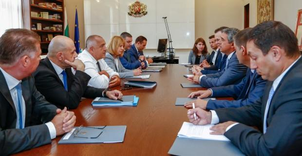 Прес службата на министерския съвет разпространи кадър от срещата между премиера и представители на клъстера