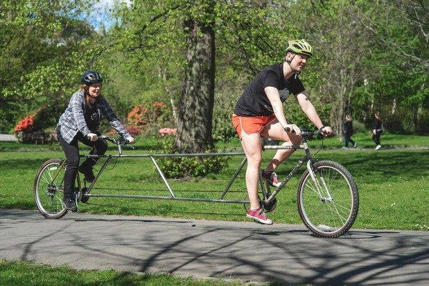 Галерия с три снимки на 4,3-метровото колело в движение