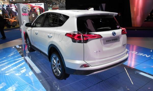 Хибридът Toyota RAV4 харчи под 5 л/100 км