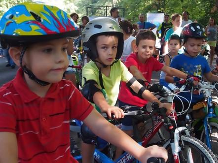 Деца на велопарад призоваха шофьорите да ги пазят на пътя