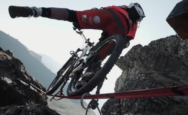 С велосипед по 18-метрово въже на 112 м височина