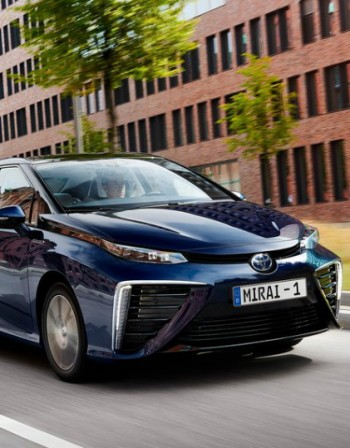 Toyota спира бензиновите мотори до 2050-та