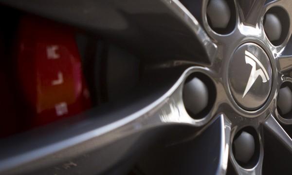 Tesla пак е на загуба, но продава повече коли