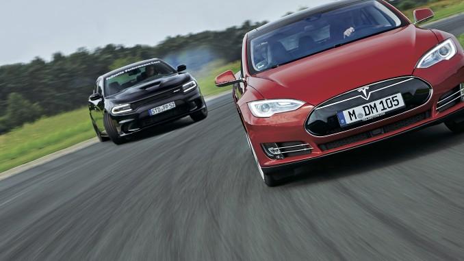 Дуел на двa свята: Tesla Model S срещу Dodge Charger Hellcat