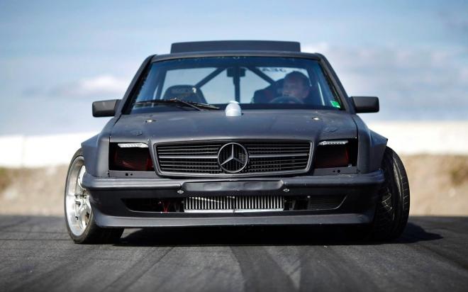 Дрифт изрод - 1100 коня и 1400 Нм в Merc C126 купе. Изпарява гуми и е брутален. Видеото убеждава...