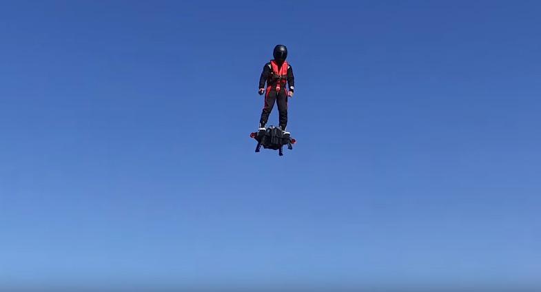 """Франки Запата: откачен човек или гений? Изобретателят на флайбординга яхна летяща чиния и постави рекорд на """"Гинес"""". Видео"""