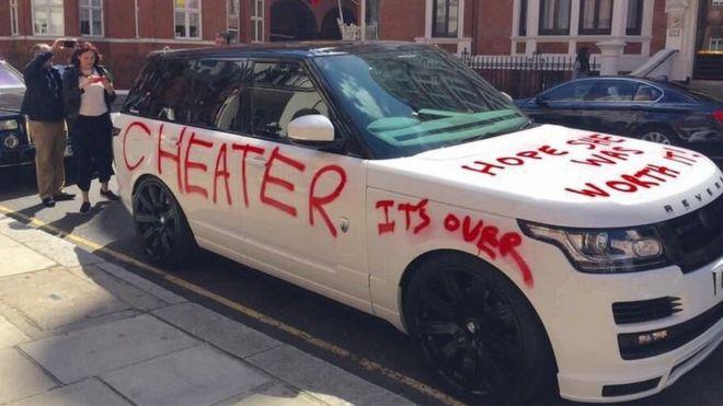 """Жена вандализира поръчков Range пред """"Хародс"""". Ако съдим по надписа """"Дано си е заслужавала"""", мъжът и явно и е изневерил…"""