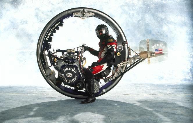 Откаченият моноциклет McLean Rocket Roadster с V8 двигател. Или неговата зрелищна катастрофа... Видео.