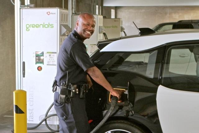 Полицията в Лос Анджелис ще се вози на 100 броя BMW i3. Ще ползват Tesla Model S, като преследвач...