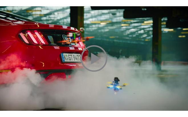 Игра на дронове: Летящите машинки си играят с Ford Mustang. Видео