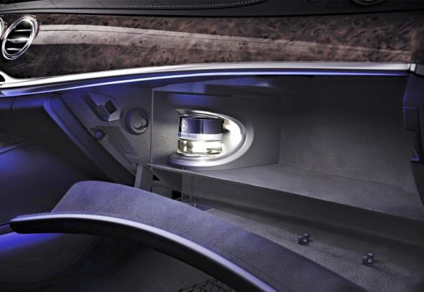 """1. Автомобилните парфюми. Идеята за вграждане на различни аромати в салона на автомобил всъщност продължава да съществува, например в актуалният Merc S-Class, а по-рано Citroen въведе ароматизираните """"пръчици"""", които се поставяха в отвор до въздуховода в"""