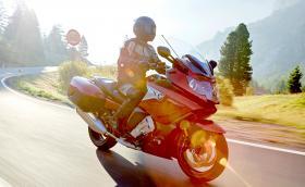 BMW въвежда система за адаптивен круиз контрол при… мотоциклетите си