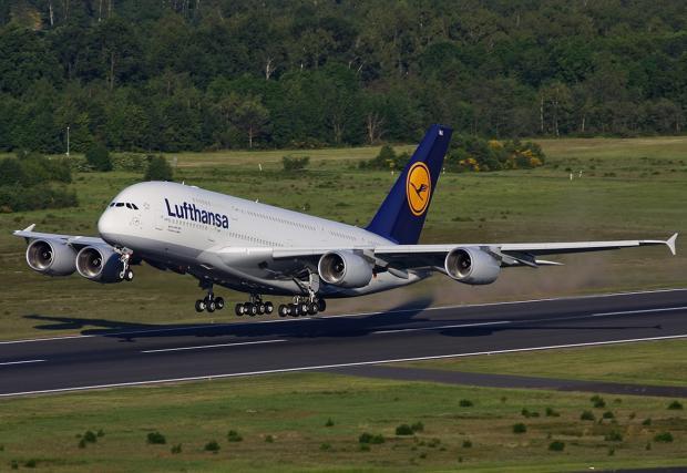 Най-големият пътнически самолет Airbus A380 каца в София. Пилотът е българин