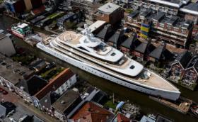 Това е 94-метрова яхта по каналите на Нидерландия