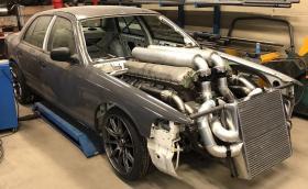 Мъж слага 27-литров мотор Rolls-Royce от танк във… Ford Crown Victoria