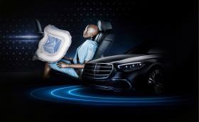 Новата S-класа е първата кола с фронтални въздушни възглавници за пътниците на задните седалки