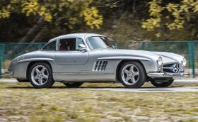 Този 1954 Mercedes-Benz 300 SL Gullwing се задвижва от 6-литровия V8 на E 60 AMG W124…