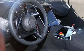 Mercedes работи по новата S-Class - вижте шокиращия дисплей в кабината
