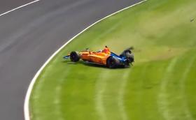 Вижте как Алонсо катастрофира в тренировките за Инди 500. Пилотът е добре.