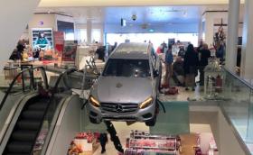 85-годишен влетя с Mercedes в мол в Хамбург. Разсеяност, а не тероризъм