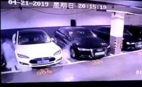 Вижте как Tesla Model S избухва в пламъци в китайски паркинг. Видео