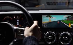 MBUX на Mercedes вече включва компютърни игри, които ще се управляват с волана и педалите в колата