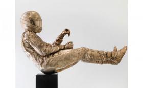 """Това е 160-килограмова бронзова статуя на Сена, прехвърчащ през """"Червената вода"""""""
