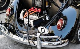 Американска компания използва батерии от Tesla, за да превръща класически VW Beetle в електрички