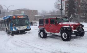 Три всъдехода вадят автобус от градския транспорт от преспите. Видео