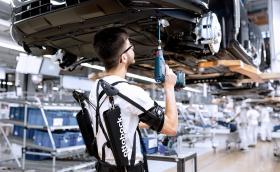 Работниците в заводите на Audi използват екзоскелети, за да не се уморяват