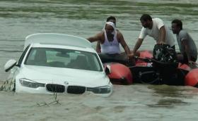 Индийци подариха BMW F30 на сина си, той го изхвърли в реката, искал Jaguar