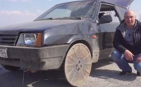 От Русия с любов: Lada Samara с капаци от шахти вместо гуми (Видео)