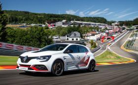 """Струващият 55 хиляди евро Megane RS Trophy-R счупи рекорда на """"Спа"""" за коли с предно"""