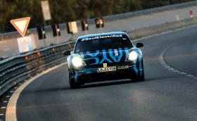Porsche Taycan мина 3425 км за 24 часа със средна скорост 200 км/ч и спирания за зареждане. Вижте за първи път интериора на колата!