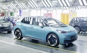 VW инвестира 60 млрд. евро в електромобили, решава за завода в Източна Европа до края на годината