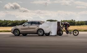 Откачен велосипедист постави нов рекорд на Гинес за скорост - 280,57 км/час