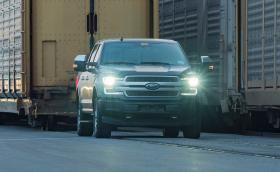 Вижте как електрически Ford F-150 пикап дърпа над 450 тона ЖП композиция (видео)