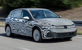 Вижте новия VW Golf в тънък камуфлаж седмици преди премиерата му