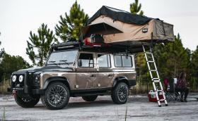 Нямате планове за следващото лято? Defender, V8 и разгъваема палатка са всичко, което ви е необходимо