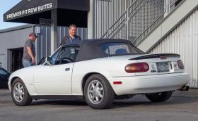 Тази Mazda MX-5 Miata от 1990 г. има над 800 000 километра. Все още изглежда и върви чудесно
