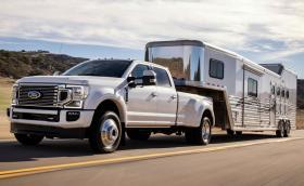 Новият Ford F-450 Super Duty идва със 7,3-литров бензинов V8 и 10-степенен автоматик