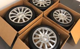 Човек продава стари гуми и джанти за Bugatti Veyron. Цената на комплекта е 100 000 долара