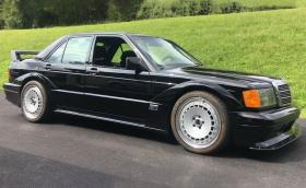 Това е Mercedes-Benz C 63 AMG, преоблечен като 190E. Лесна работа…