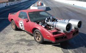 Това е 1984 Pontiac Firebird с две домашно изработени ел. турбини. Видео