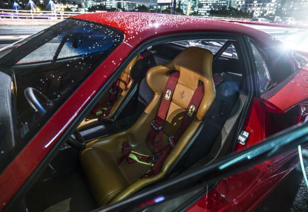 """Ferrari F40 с кожен салон. Къде е абсурдът? Ами, F40 е кола строго подчинена на диетата, като дори вратите са се отваряли с шнур, за да се спести """"тежкия"""" механизъм с класически лостчета. Някои обаче явно е успял да убеди Ferrari да му сложат кожа на седалките."""
