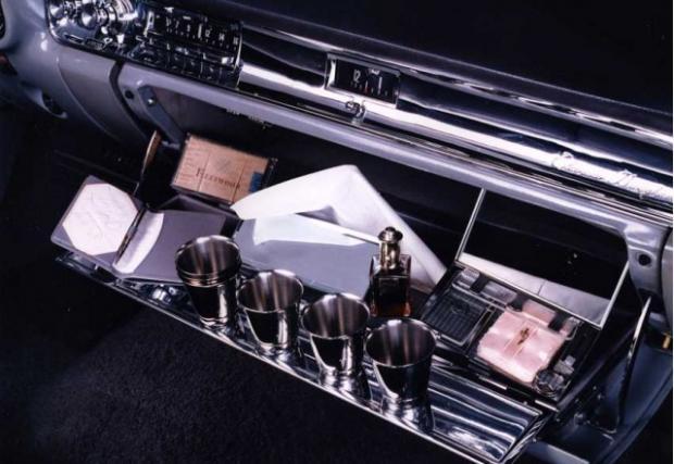 1957 Cadillac Eldorado Brougham с чашки за шотове в жабката. Ето това е лукс, да можеш да се насвяткаш, докато те возят в сухоземен шлеп с рок визия и ракетни перки.